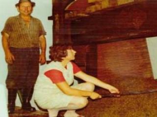 Um-1968-Karl-sen--mit-Tochter-Irmgard-und-der-alten-Baumpresse